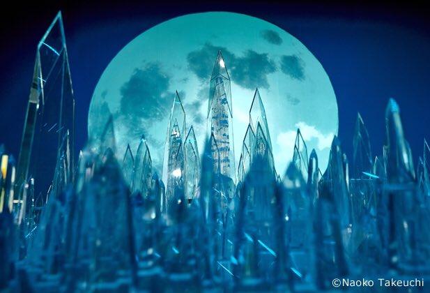 Small Worlds Tokyo - La Luna de cristal